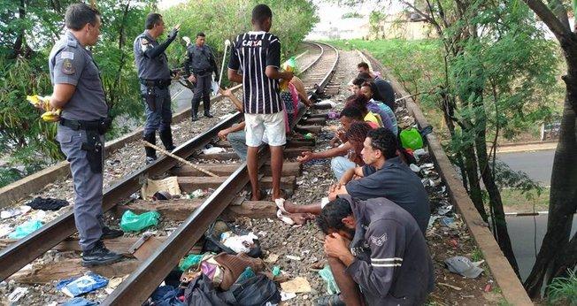 Policiais evangelizam viciados na cracolândia em uma linha férrea inativa de Presidente Prudente (SP)