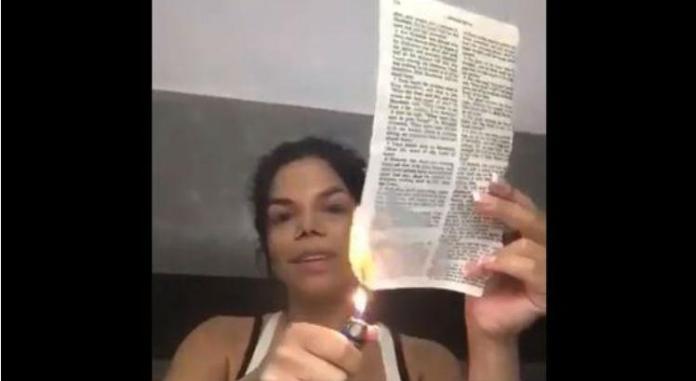 Socialite Day McCarthy causa nova polêmica ao queimar a Bíblia