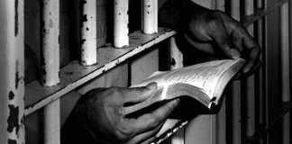 Preso lendo a Bíblia na cadeia