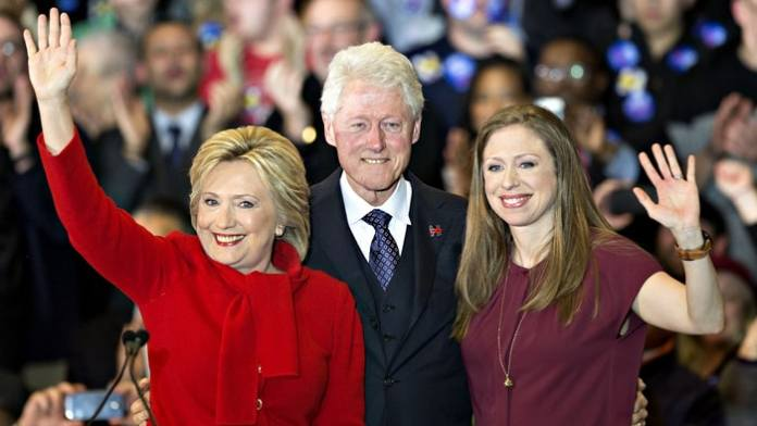Hillary e Bill Clinton com a filha Chelsea Clinton
