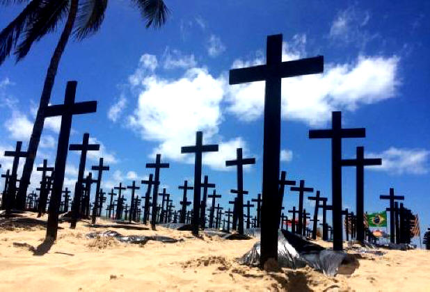 Cruzes enterradas em protesto