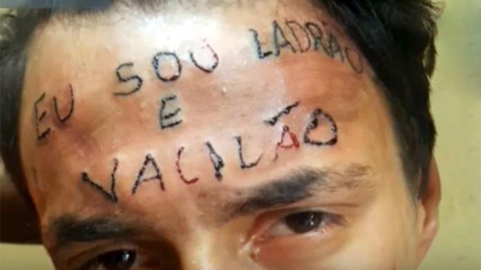 Jovem tatuado na testa em 2017