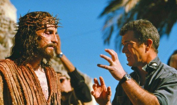 Jim Caviezel, no papel de Jesus e Mel Gibson, diretor do filme
