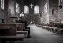 Igreja vazia representando o fim do cristianismo na Europa