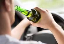 Motorista ingerindo bebida alcoólica enquanto dirige