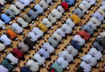 Muçulmanos fazendo orações durante o Ramadã