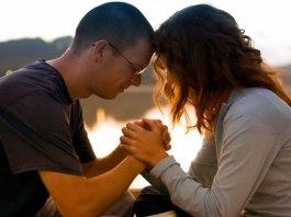Casal cristão orando
