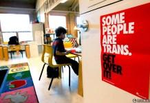 Uma placa do lado de fora de uma sala de aula sobre transgênero