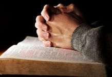 Mãos postas sobre a Bíblia