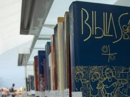Bíblia Sagrada na biblioteca