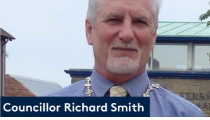 Richard Smith, renunciou ao cargo de prefeito após sua família e igreja serem atacadas por ativistas LGBT