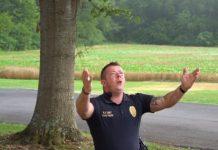 """Policial Jason Hepler emocina nas redes sociais cantando a canção """"I Can Only Imagine"""""""