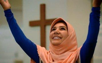 Atriz interpreta o papel de Fátima em uma dramatização baseada no relato da muçulmana. (Foto: Reprodução/Facebook)
