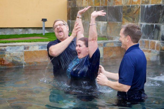 Pastor Rick Warren comemorou a marca de 50 mil pessoas batizadas em sua congregação.