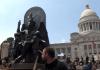 Estátua do deus Baphomet ao lado de um monumento dos Dez Mandamentos no estado de Arkansas, EUA