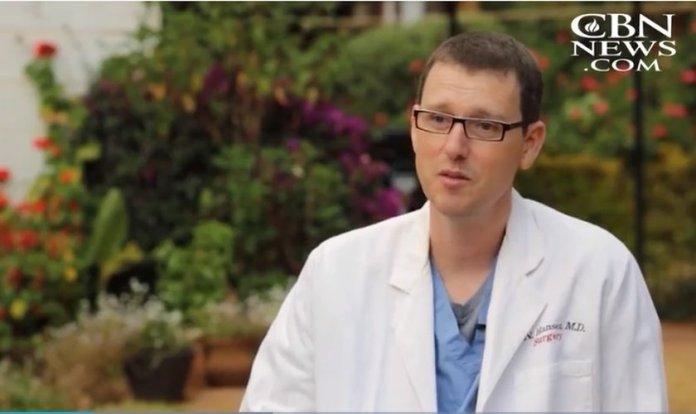 Erik Hansen tinha um futuro promissor como médico no Texas, mas decidiu seguir o chamado de Deus para cuidar de pessoas necessitadas no Quênia. (Imagem: CBN News)