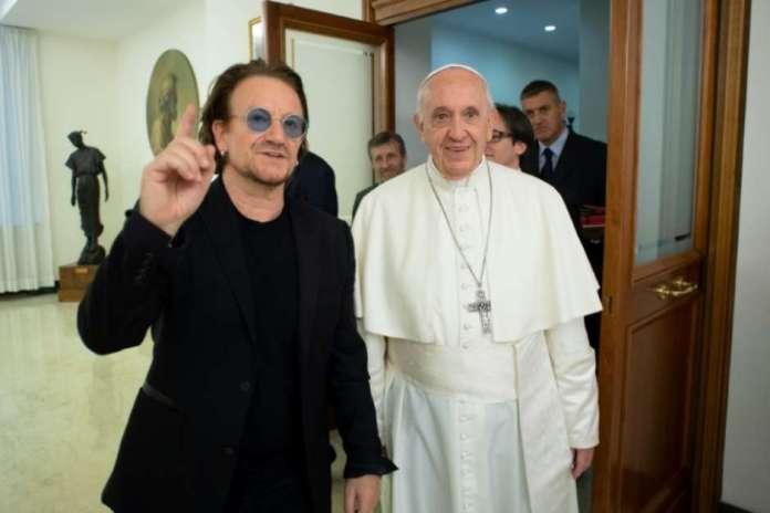 Bono, líder do U2, se encontra com o papa Francisco