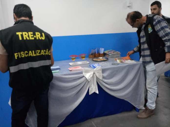 Fiscais do TRE-RJ apreendem material de candidatos em igrejas evangélicas
