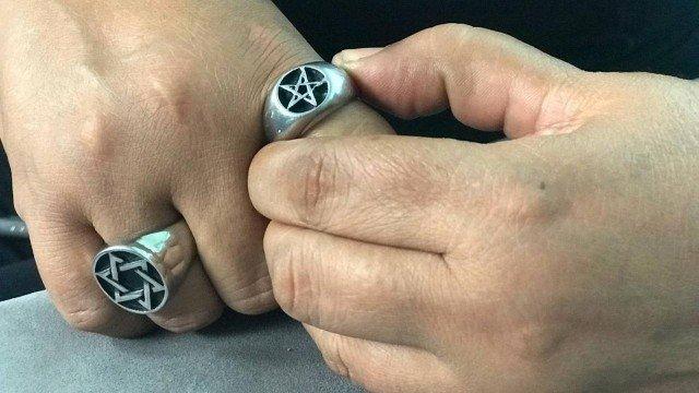 Anel com o símbolo da bruxaria