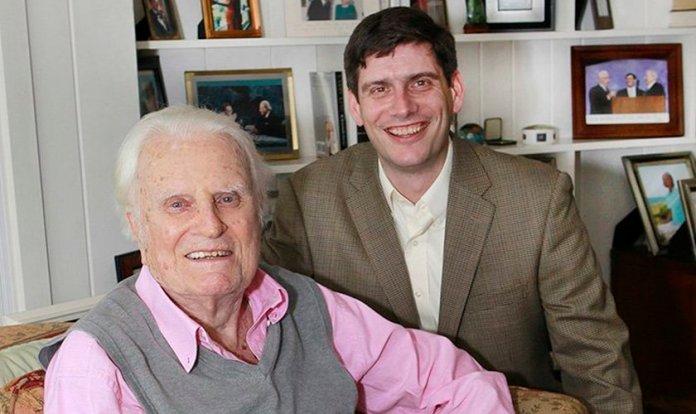 Will Graham ao lado de seu avô, o falecido evangelista Billy Graham. (Foto: Billy Graham Evangelistic Association)