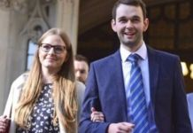 Daniel e Amy McArthur, proprietários da confeitaria Ashers, saindo do Supremo Tribunal em Londres. (Foto: Victoria Jones/AP)
