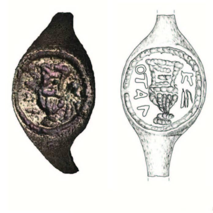 Fotografia e desenho esquemático do anel com inscrição que permite associação com o governador romano da Judeia Pôncio Pilatos - Reprodução