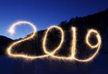 """O número """"2019"""" é escrito no ar com fogos de artifício em Krasnoyarsk, na Rússia, durante a festa de Réveillon (Imagem: Ilya Naymushin)"""
