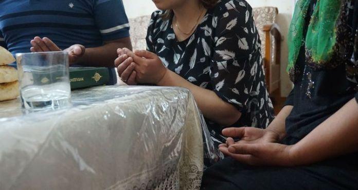 Cristãos reunidos em igreja doméstica do Uzbequistão