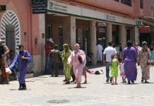Pessoas caminhando em Marraquexe, no Marrocos