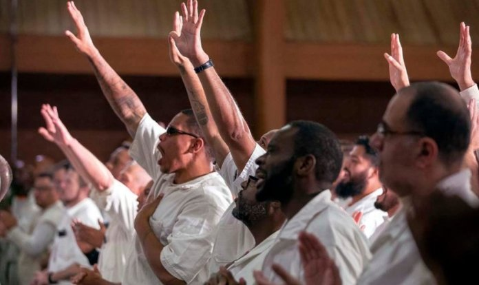 Detentos durante culto na Coffield Unit, prisão de segurança máxima no Texas. (Foto: Gateway Church)
