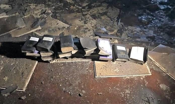 O Corpo de Bombeiros de Coal City publicou uma foto com as Bíblias intactas, encontradas após o incêndio na igreja dos Ministérios da Liberdade. (Foto: Facebook)