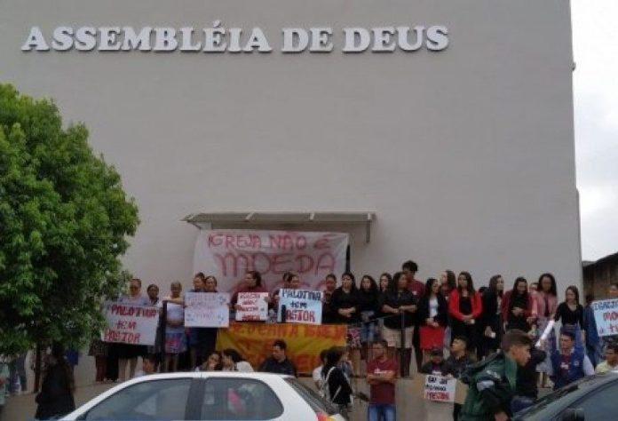 Fiéis protestam na frente de templo da Assembleia de Deus, em Palotina (PR)