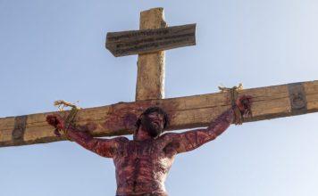 Jesus, interpretado por Dudu Azevedo, pregado na cruz (Foto: Edu Moraes/ Record TV)
