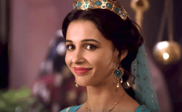 "Naomi Scott no set de filmagem do filme ""Aladdin"" da Disney, maio de 2019 (Youtube / Screenshot)"