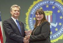 Kay Bennett (à direita) recebeu o Prêmio de Liderança Comunitária 2018 do diretor do FBI, Christopher Wray. (Foto: FBI)