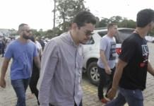 Flávio foi detido logo após o pai ser enterrado. Ele é suspeito de participação do crime e tinha mandado de prisão em aberto por violência doméstica - Cléber Mendes/Agência O Dia