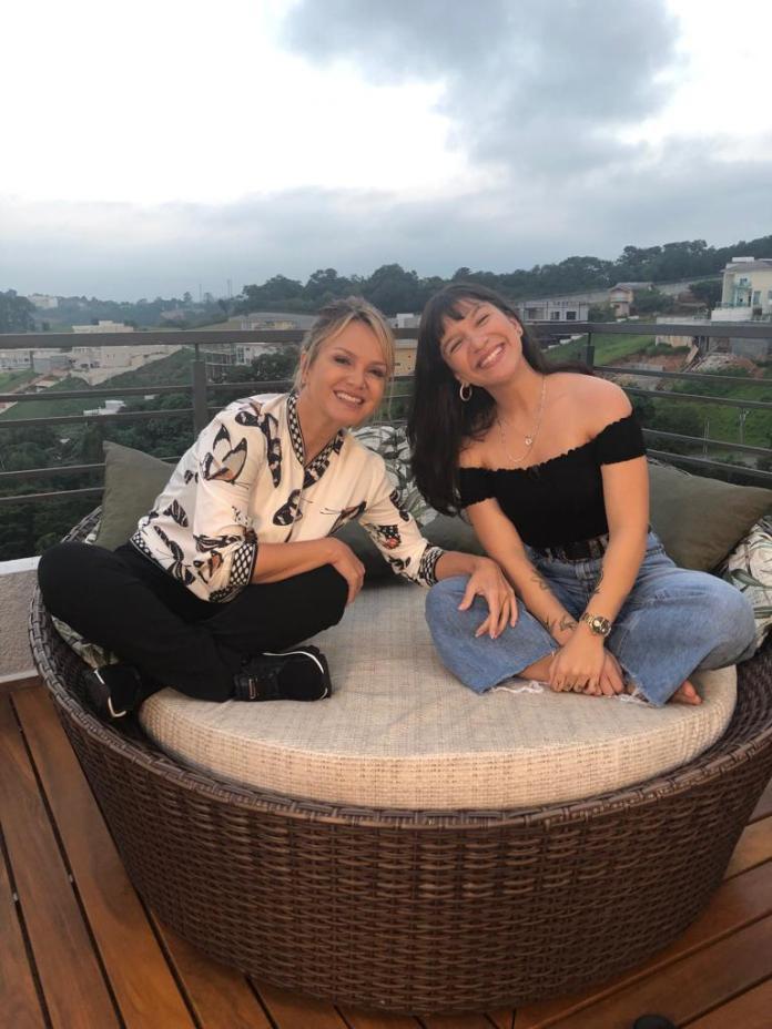 A apresentadora Eliana entrevistou a cantora Priscilla Alcântara, no seu programa no SBT