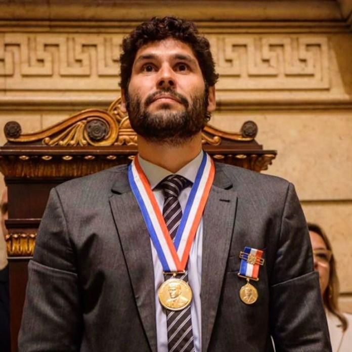 Duzu Azevedo recebeu a Medalha Pedro Ernesto / Foto: Reprodução