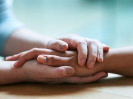 Mãos dadas simbolizando o perdão