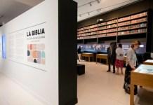 Uma das salas do centro cultural CaixaForum Madrid, na Espanha, onde está sendo realizada uma exposição com mais de 1.600 Bíblias