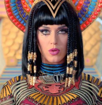 "Katy Perry na música ""Dark Horse"""