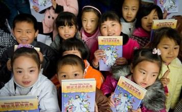 Crianças chinesas com bíblias infantis (Imagem: American Bible Society)