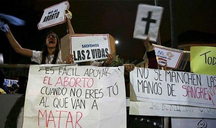 Manifestantes pró-vida protestam em frente à Assembleia Nacional do Equador. (Foto: Reprodução/ED)