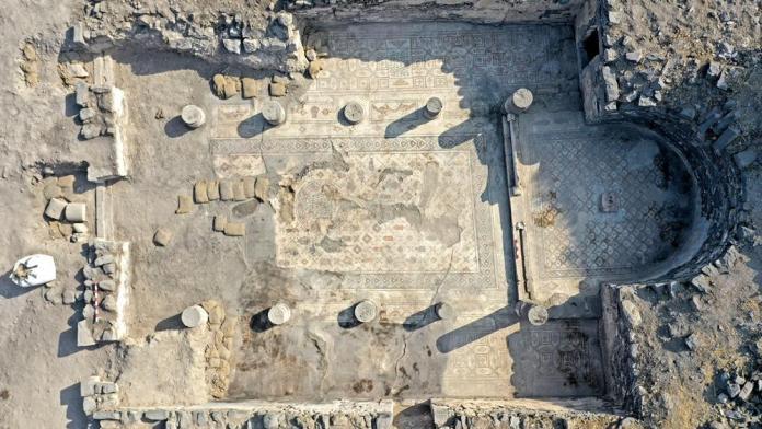 O piso de mosaico da igreja queimada perto do mar da Galileia (Foto: Dr. Michael Eisenberg)