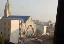 Oficiais do governo chinês derrubam uma igreja de 3.000 lugares localizada na província de Anhui em outubro de 2019