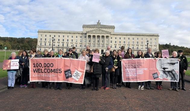 Ativistas pró-vida protestaram do lado de fora da Assembléia de Stormont na Irlanda do Norte, em 21 de outubro de 2019. / Facebook Both Lives Matter