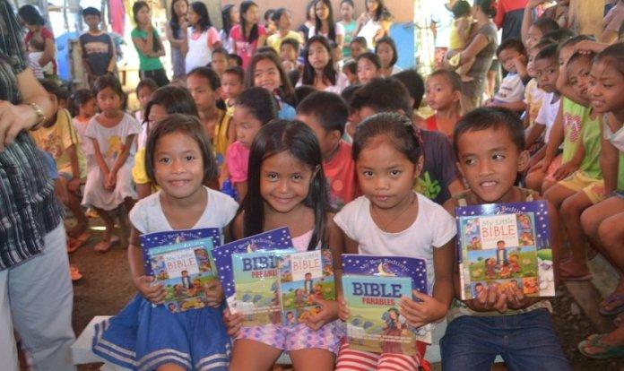 Crianças filipinas com materiais de estudos bíblicos. (Foto: Reprodução/Philippine Bible Society)