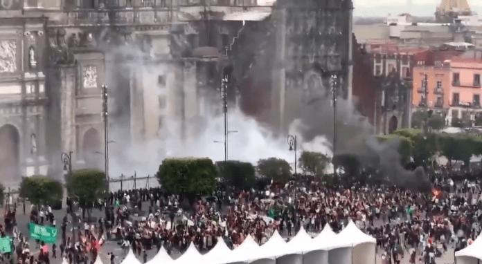 Catedral Metropolitana do México sendo atacada por feministas. Foto: Reprodução