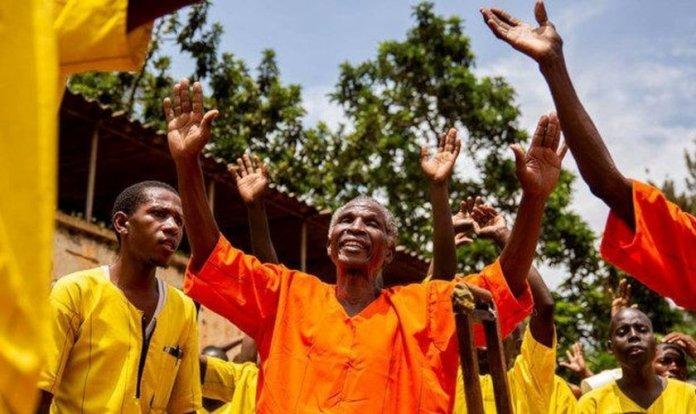 Presos se entregam a Jesus em evento evangelístico. (Foto: Reprodução/UG News)