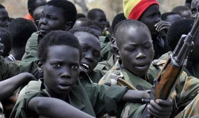 """Meninos são sequestrados e treinados para se tornarem """"crianças-soldado"""" do Boko Haram. (Foto: Reprodução/Barnabas Fund)"""